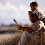 папа читает сыну книгу