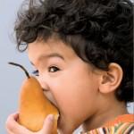 ребенок с аппетитом ест