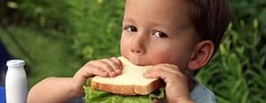 ребенок с удовольствием ест